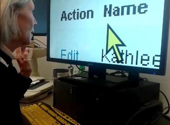 Сотрудница отдела трудоустройства «Lighthouse» за экраном с увеличенными шрифтом