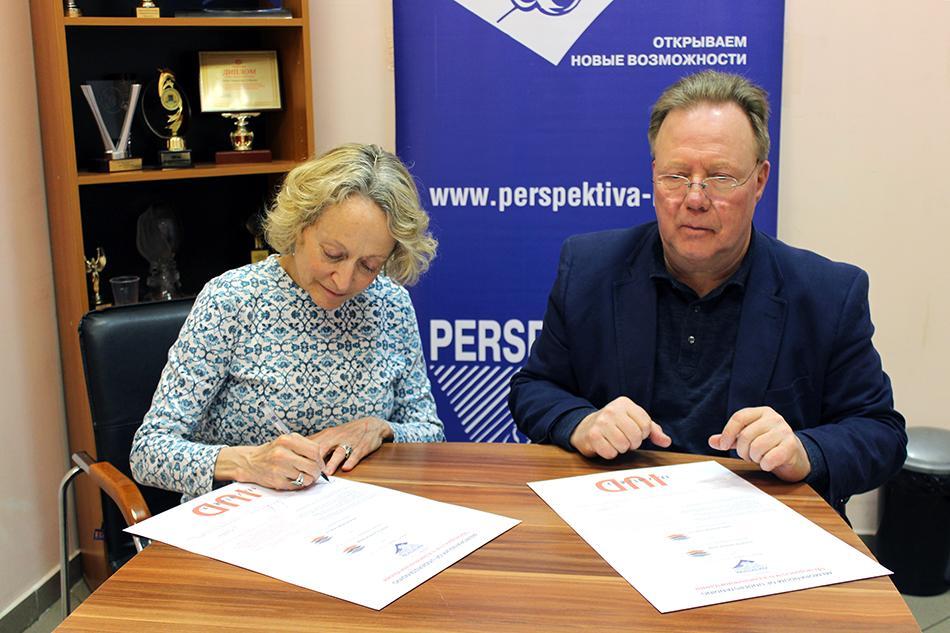 Денис Роза и Томас Бадэ подписывают меморандум о сотрудничестве.