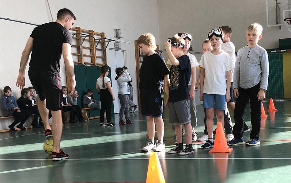 Мастер-класс по пауэрлифтингу и футболу среди незрячих прошел в московской школе № 709