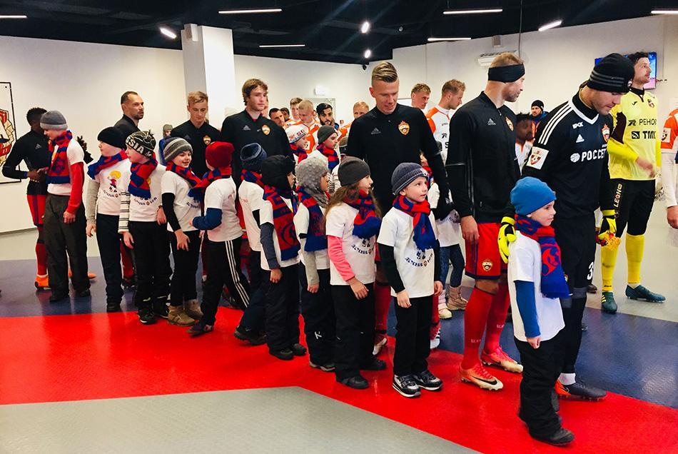 Игроков ЦСКА и «Урала» на поле сопровождали школьники с инвалидностью
