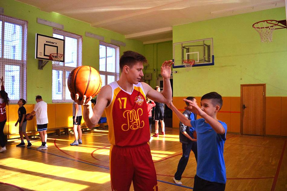 Школьники с инвалидностью и без научились играть в баскетбол