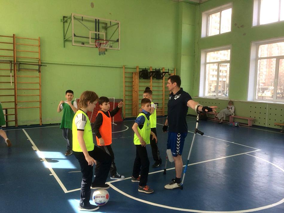 Школьники научились играть в футбол на канадках
