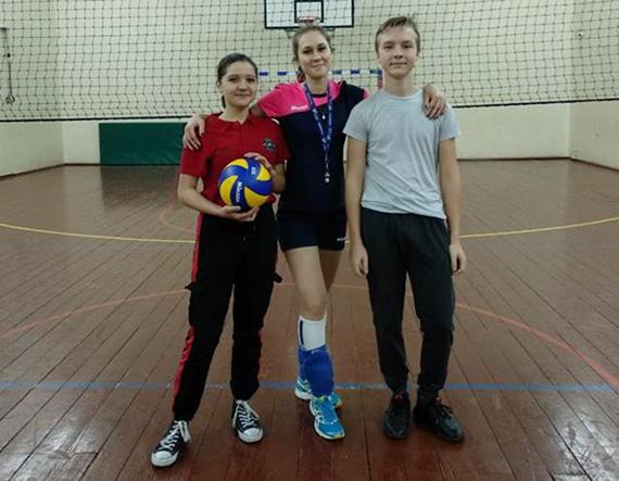 Волейбол сидя: как прошел День параспорта в московской школе
