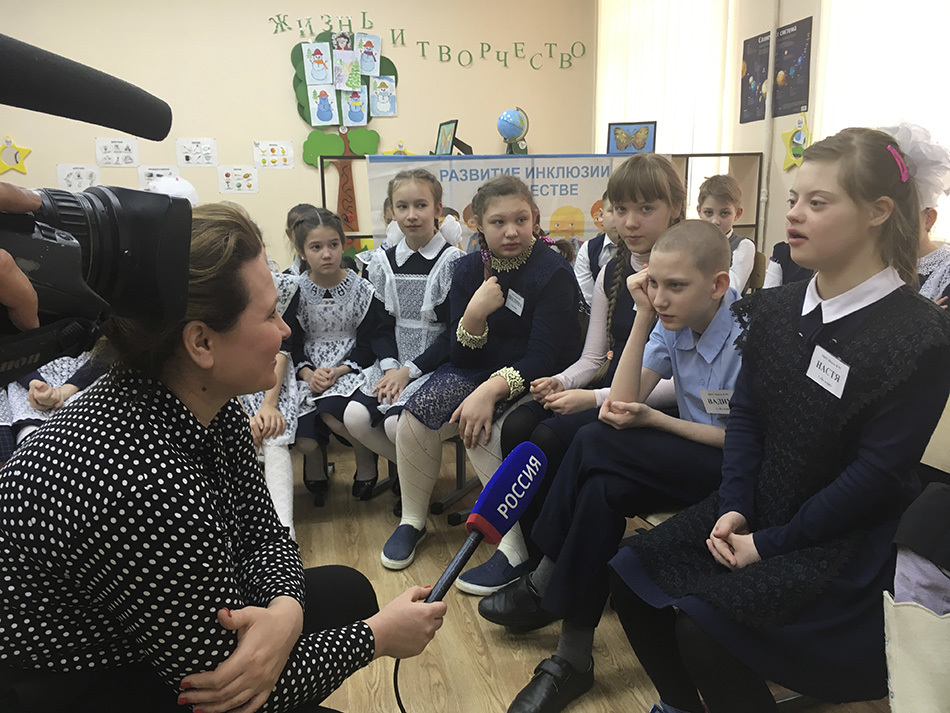 «Мама, к нам придут гости!»: Настя Сахапова встречает друзей
