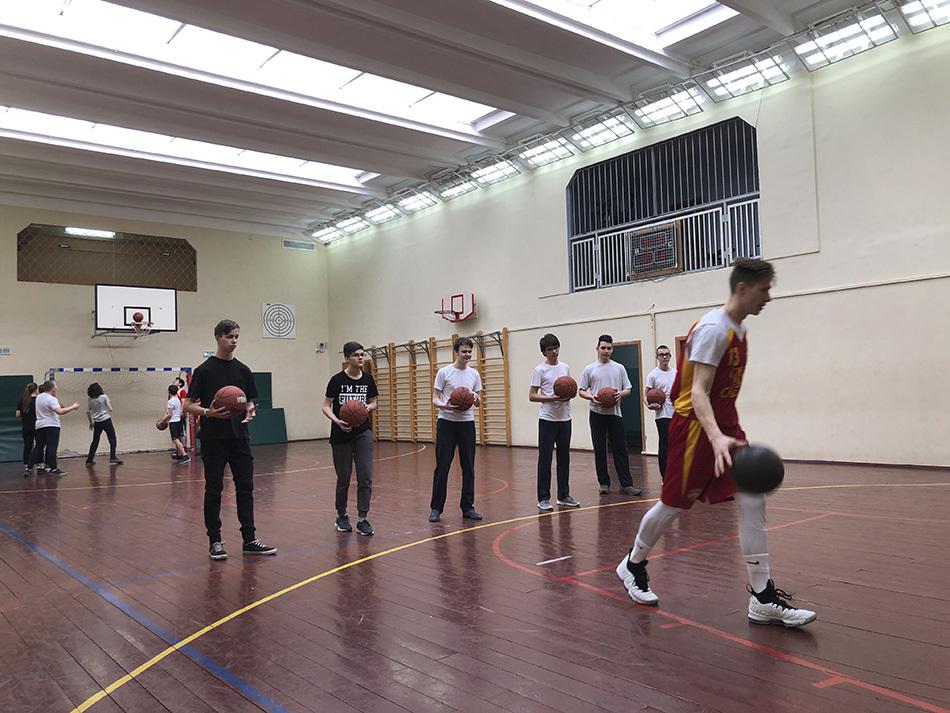 Забрось мяч в кольцо: как прошел мастер-класс по баскетболу