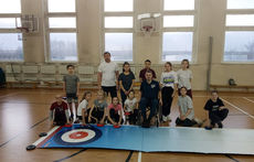 Московские школьники осваивают напольный кёрлинг