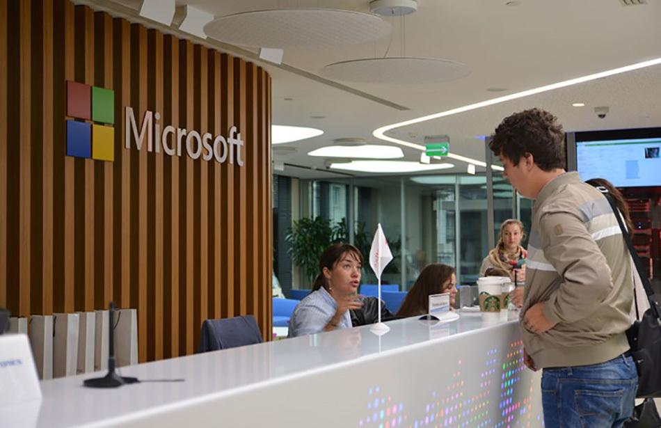 человек в офисе Microsoft